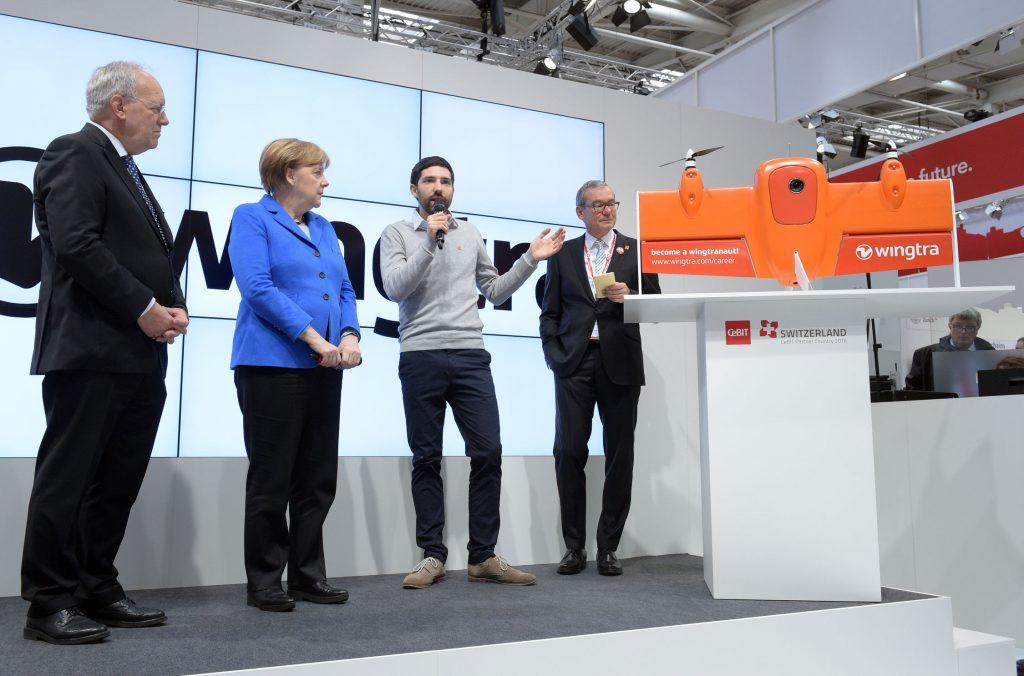 Rundgang der Bundeskanzlerin Dr. Angela Merkel mit dem Schweizer Bundespräsidenten Johann Schneider-Ammann. Opening Partner Contry Switzerland